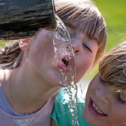Agua, la bebida más sana para los niños