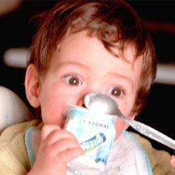 El 71% de los niños españoles come delante de una pantalla