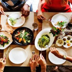 Por qué comes más cuando comes en compañía